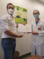 Univ. Prof. Dr. Sebastian Schoppmann (l.) übergibt die Auszeichnung an Dr. Gerd Jomrich (r.)